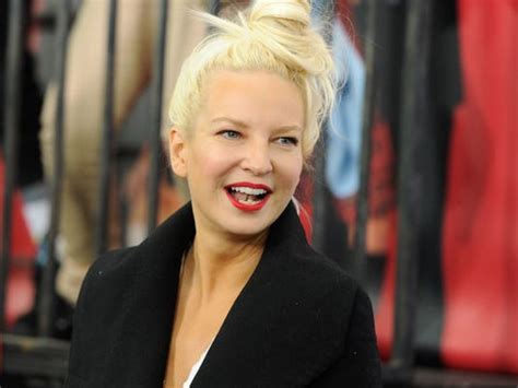 Showing face or not, Sia heads to Grammys stage